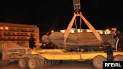 Иосиф Сталиннің ескерткішін тұғырдан алу сәті. Гори. 25 маусым, 2010 жыл.