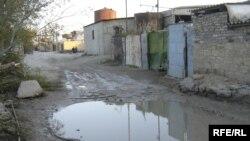 Tağıyev qəsəbəsinin yolları çirkab suların yığıldığı gölməçələrdən ibarətdir