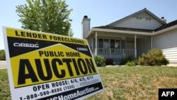 С середины 2006 года, после почти пятилетнего роста, цены на жилье в США пошли вниз. В результате рыночная стоимость многих домов и квартир оказалась меньше остатка ипотечного долга по ним. Даже если банкам удавалось их перепродать, убытки быстро нарастали.