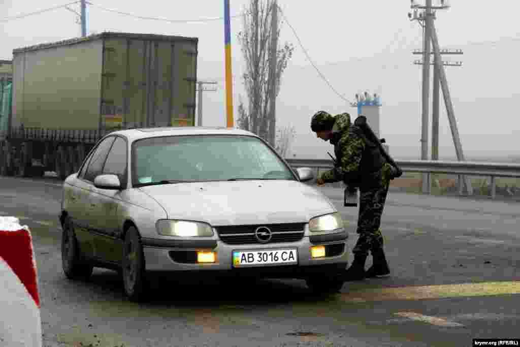 Украинские пограничники при осмотре граждан пересекающих границу могут общаться как на русском так и на украинском языке