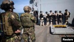 Membri ai forțelor speciale române și marinari americani într-un exercițiu militar la bordul distrugătorului american Truxtun în Marea Neagră.