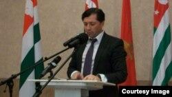 Вице-президент Абхазии Виталий Габния год назад выступил с инициативой создания полноценного института судебных приставов