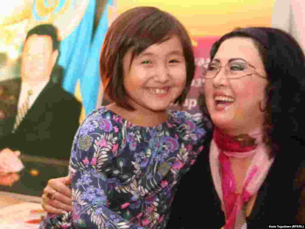 Певица Макпал Жунусова с дочерью Мерей Заманбеккызы. Алматы, 19 октября 2010 года.