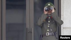 Северокорейский солдат на границе с Южной Кореей