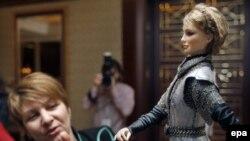 В качестве предвыборного хода представлена кукла Юлии Тимошенко.