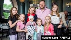 Алена і Павал Кузьміцкія і іх шэсьць дачок