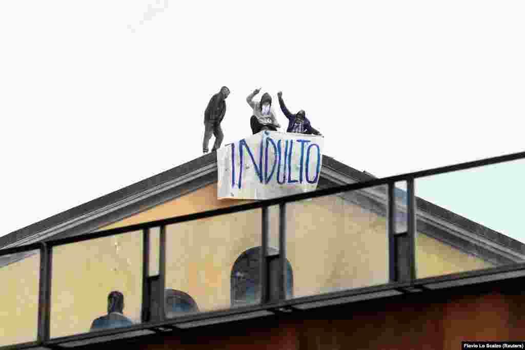 Заборона родичам відвідувати ув'язнених спричинила спалахи бунтів у в'язницях Італії. Заворушення зафіксовані в 25 пенітенціарних закладах. У тому числі в Римі, Неаполі, Мілані і Модені. Фото: засуджені вивісили банер «Помилуйте» на знак протесту у в'язниці «Сан-Вітторе» в Мілані