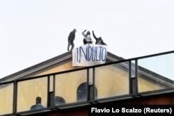 Засуджені вивісили банер «Помилуйте» на знак протесту у в'язниці «Сан-Вітторе» в Мілані