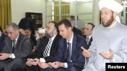 Президент Башар Асад (оңдон экинчи) Дамаскинин ах-Хамад мечитинде Айт намазда. 19-август 2012