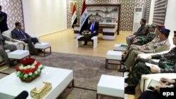 رئيس الوزراء حيدر العبادي في إجتماع مع مسؤولين محليين في كربلاء