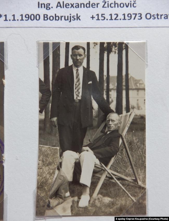 Васіль Русак (стаіць) і Аляксандр Жыховіч (сядзіць). Фота прыблізна 1935-1940гг.