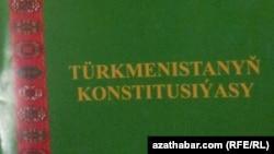 Türkmenistanyň 2007-nji ýylda çykarylan Baş konstitusiýasynyň baş sahypasy.