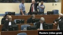 Hukm jqish paytida shovqin ko'targan Ratko Mladich sud zalidan chiqarib yuborildi.