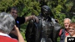 Beograd: Grupa slovenačkih turista fotografiše se pored spomenika Josipu Brozu
