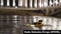 Жолто возило од марката Нисан Јуке паднало во водите на реката Вардар.