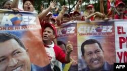 Прихильники Уго Чавеса під президентським палацом у столиці Венесуели Каракасі в день його планованої інавгурації, 10 січня 2013 року