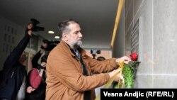 Vukašin Obradović ostavlja cveće na spomen ploči Slavku Ćuruviji, foto: Vesna Anđić