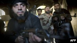 Սիրիացի ապստամբները Հալեպում մարտերի ժամանակ, մայիս, 2013թ.