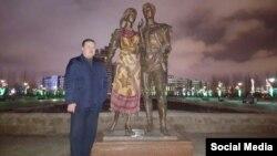 Житель Астаны рядом со скульптурной композицией, часть которой — фигуру девушки — он накрыл платком. Свой шаг астанчанин объяснил тем, что скульптура выглядит вызывающе.