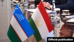 Государственные флаги Узбекистана (слева) и Таджикистана.
