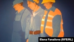 """Фрагмент работы Даринки Поп-Митич (Белград) """"Полезный идиот"""": изображения рабочих на зданиях приватизированных фабрик"""
