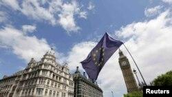 Ұлыбритания парламенті алдындағы елдің ЕО-дан шығу шешіміне қарсы наразылық шеруі. Лондон, 26 шілде 2016 жыл (Көрнекі сурет).