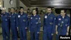 """""""Марс-500"""" илимий миссиясынын мүчөлөрү эксперимент бүткөндөн кийин. Москва, 4-ноябрь, 2011"""