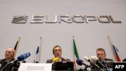 Еуропол басшысы Роб Уэйнрайт (ортада) Гаагада өткен баспасөз конференциясында. Нидерланд, 4 ақпан 2013 жыл.