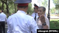 Полиция ұстап жатқан зейнеткер Ибадулла Бәйтерек. Алматы, 23 маусым, 2018 жыл.