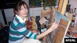 Художниця Лілія Баб'як за роботою