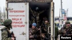 """Пророссийские сепаратисты в грузовике утверждают, что участвуют в """"антитеррористических учениях"""". Донецк, 18 марта 2015 г."""