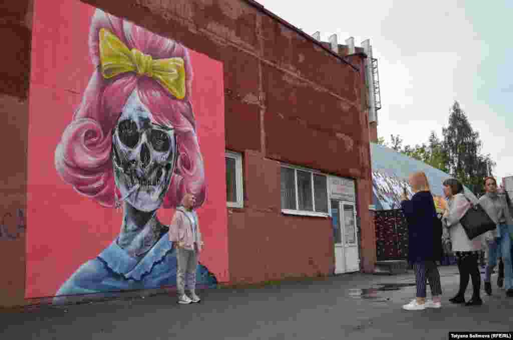 Райтеры - граффити-художники – расписали кирпичную стену, гараж и несколько десятков метров бетонных плит