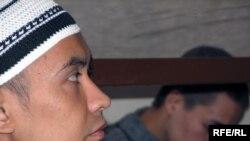 Братья Жасулан Сулейменов и Куат Жоболаев, обвиняемые в создании террористической группы «Джамаат Аль-Фараби», на скамье подсудимых. Астана, 11 сентября 2009 года.