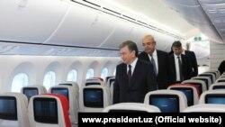 Президент Шавкат Мирзиëев Вашингтондан ўзига ҳамроҳлик қилиб келган учинчи Dreamliner бортида.