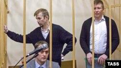 Евгений Урлашов (слева), Дмитрий Донсков и Алексей Лопатин (справа) в зале суда
