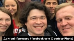 Дмитрий Проказов (в центре) на акции у московской мэрии 14 июля
