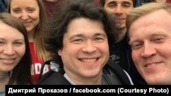 Дмитрий Проказов (в центре) и Сергей Фомин (справа) на акции у московской мэрии 14 июля