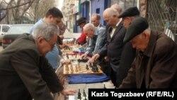Мужчины играют в шахматы в Алматы. Иллюстративное фото.