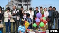 Жители Астаны смотрят на парад вооруженных сил Казахстана в день 14-й годовщины Конституции Казахстана. 30 августа 2009 года.