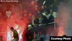 Дымовые шашки и петарды, которыми раньше болельщики забрасывали только футбольные поля, переместились в залы. На снимке - инцидент в Белграде во время баскетбольного матча Кубка УЛЕБ.