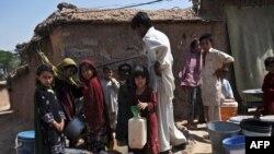 د اسلام آباد په څنډو کې د افغان کډوالو خړپړ کورونه او ماشومان د اوبو لپاره په لیکو کې ولاړ دي