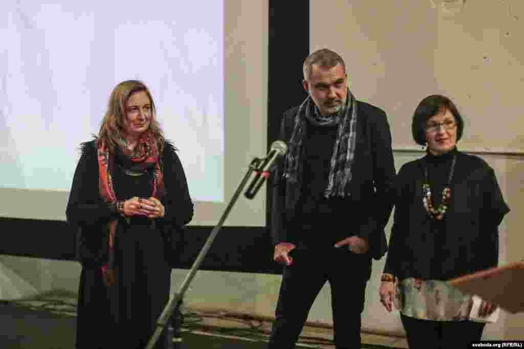 Людміла Рублеўская аўтарка кнігі «Дагератып» (2 месца) на сцэне разам з Альгердам Бахарэвічам і Аленай Брава (справа)