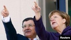 Германия канцлери Ангела Меркель (ў) Туркия бош вазири Аҳмет Довудўғли билан, Анқара, 2016 йил 8 феврали.