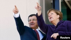 Ахмет Давутоглу (л) і Анґела Меркель (п) під час зустрічі в Анкарі, 8 лютого 2016 року