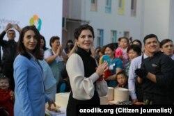 Шахноза Мирзияева (в центре) на открытии специализированного дошкольного образовательного учреждения в Нукусе, 4 апреля 2019 года.