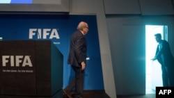 Blatter na konferenciji za novinare nakon što je objavio da podnosi istragu