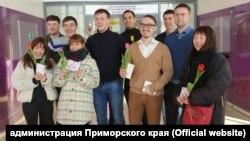 Волонтеры в аэропорту Владивостока поздравляют с Международным женским днем