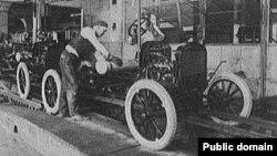 Работа на конвейере на заводе Генри Форда в Детройте. 1923
