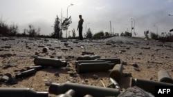درگیریها میان گروههای شبهنظامی برای کنترل فرودگاه طرابلس ادامه داشته و در نهایت اسلامگرایان توانستند کنترل آن را درست گیرند