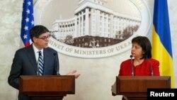 Министр финансов США Джейкоб Лью (слева) и министр финансов Украины Наталья Яресько. Киев, 28 января 2015 года.
